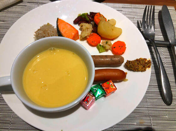 グランドニッコー東京台場のガーデンダイニングで食べた豆乳のコーンスープやウインナー