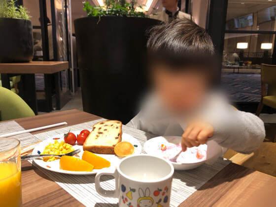グランドニッコー東京台場のガーデンダイニングで朝食を食べる子ども