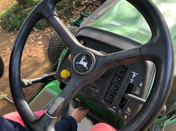 服部牧場のトラクターのハンドル