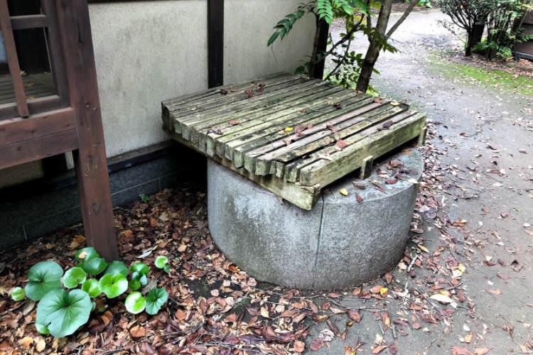 県立相模原公園の路地がある街にある井戸