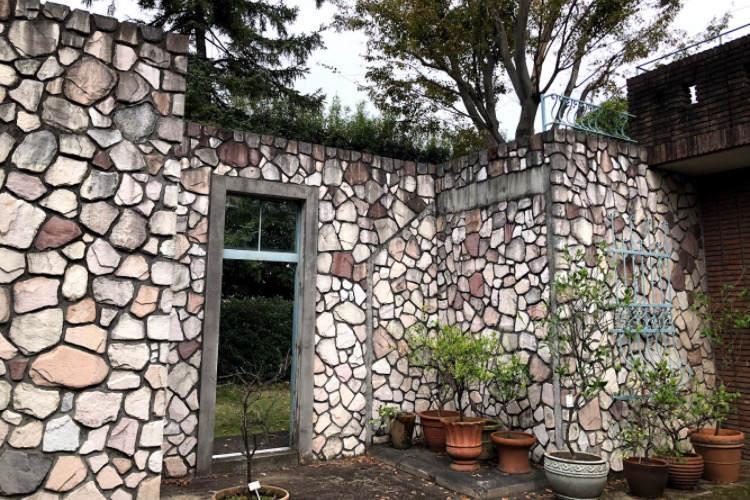 県立相模原公園の路地がある街にあるレンガの壁