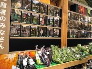 南足柄の道の駅金太郎のふるさとで売っている野菜と生産者の方の写真