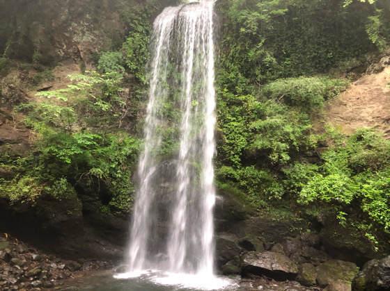 神奈川県南足柄市にある夕日の滝