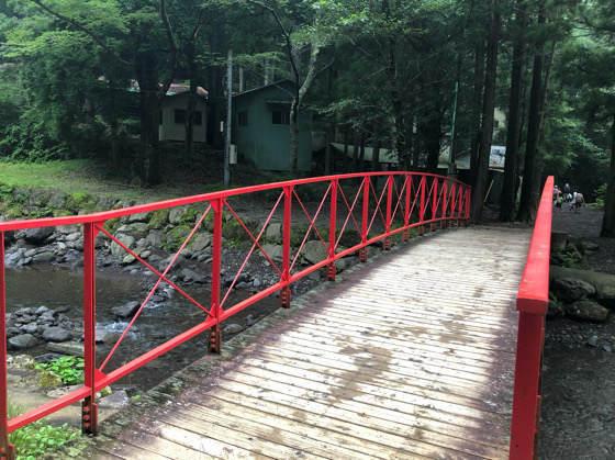 神奈川県南足柄にある夕日の滝の広場前にある赤い橋