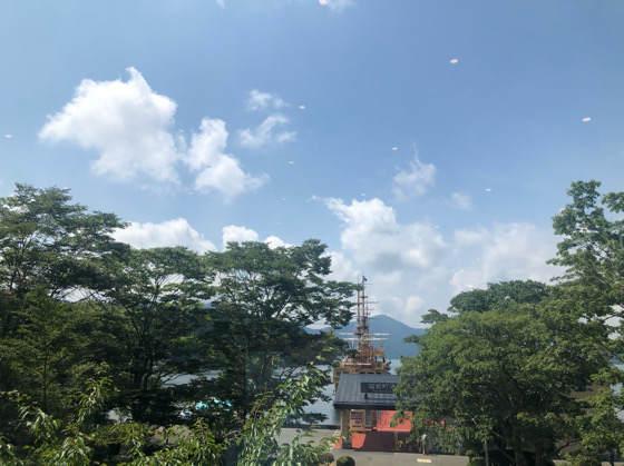 箱根「茶屋本陣 畔屋cafe KOMON 湖紋」から見える海賊船と芦ノ湖