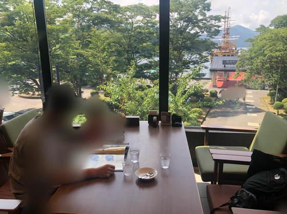 箱根「茶屋本陣 畔屋cafe KOMON 湖紋」の窓際の席