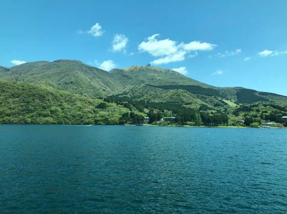 箱根 芦ノ湖の海賊船から見える緑と青の景色
