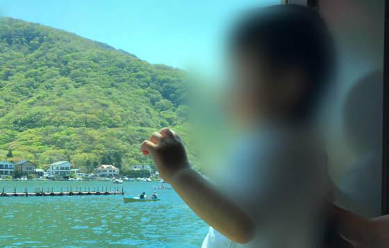 芦ノ湖の海賊船の1階から見た景色