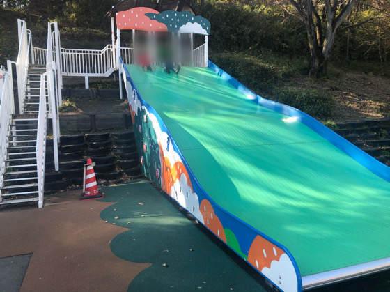 横浜こどもの国にある大きな緑の滑り台