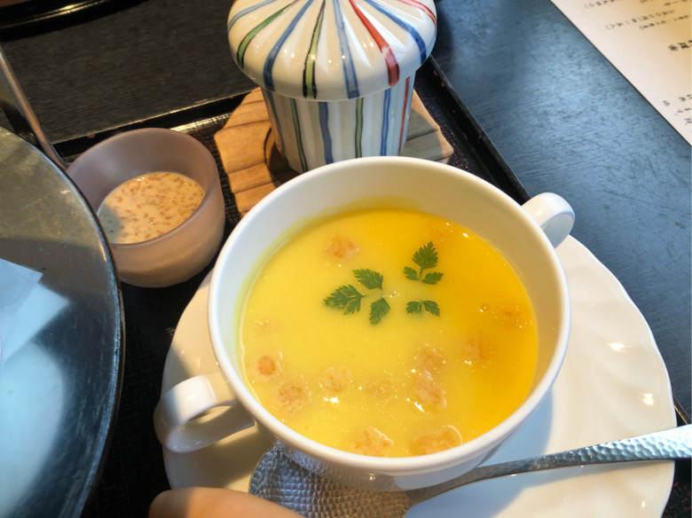 ホテルはつはなのお子様料理で出てきた茶碗蒸しとコーンスープ