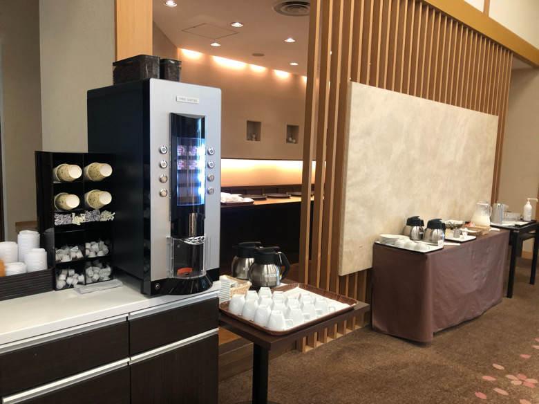 ホテルはつはなのロビーにあるコーヒーマシーン