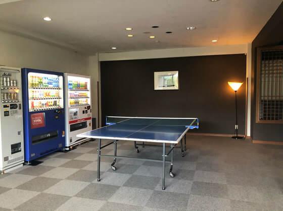 ベネフィットステーション箱根宮城野の自販機と卓球台