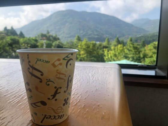 ベネフィットステーション箱根宮城野の2階ラウンジから見える景色と無料のコーヒー