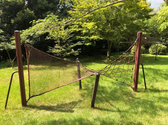 ベネフィットステーション箱根宮城野の庭にある遊具の網