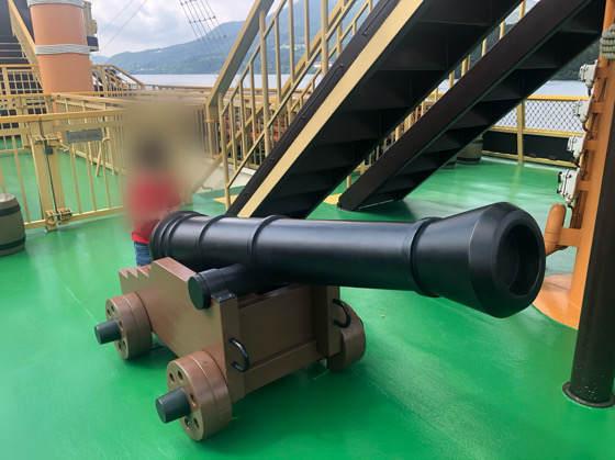 箱根海賊船のデッキにある大砲で遊ぶ子供