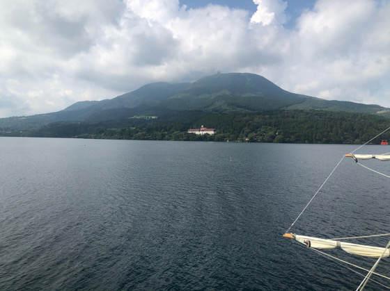 箱根海賊船の展望デッキから見える芦ノ湖の景色