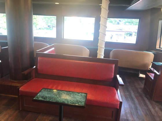 箱根海賊船のビクトリーの特別船室にある白いソファー