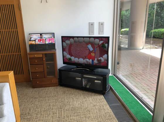 ベネフィットステーション熱海伊豆山のロビーにあるテレビ