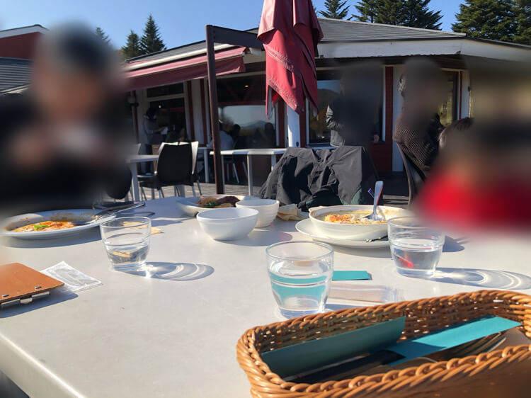 清泉寮ファームショップのテラス席のテーブル