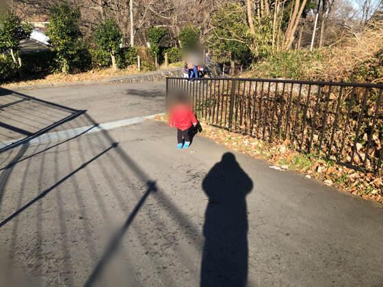 多摩動物公園のアフリカ園から正門までの坂を歩く子ども