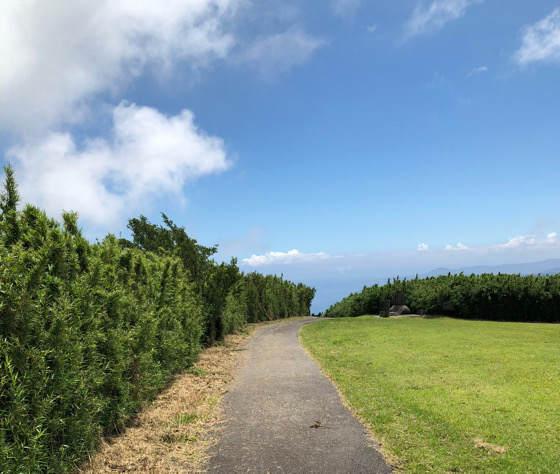 箱根・熱海にある十国峠の頂上の広い道