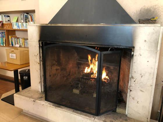 清泉寮新館のロビーで燃える暖炉