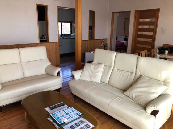 清泉寮のデラックスコテージのリビングにある白いソファ