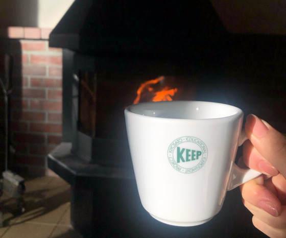 清泉寮のデラックスコテージの薪ストーブとコーヒー