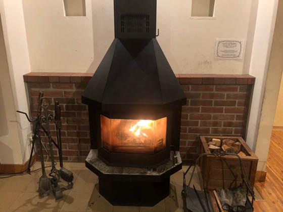 清泉寮のデラックスコテージにある暖炉(薪ストーブ)