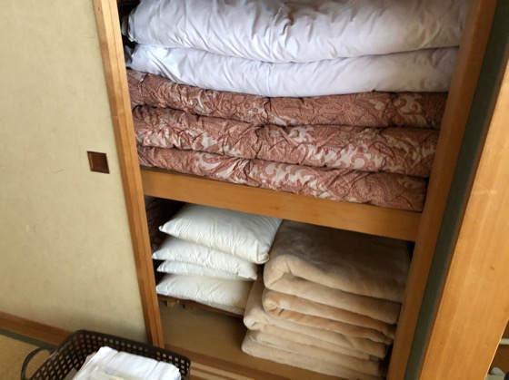 清泉寮デラックスコテージの和室にある布団