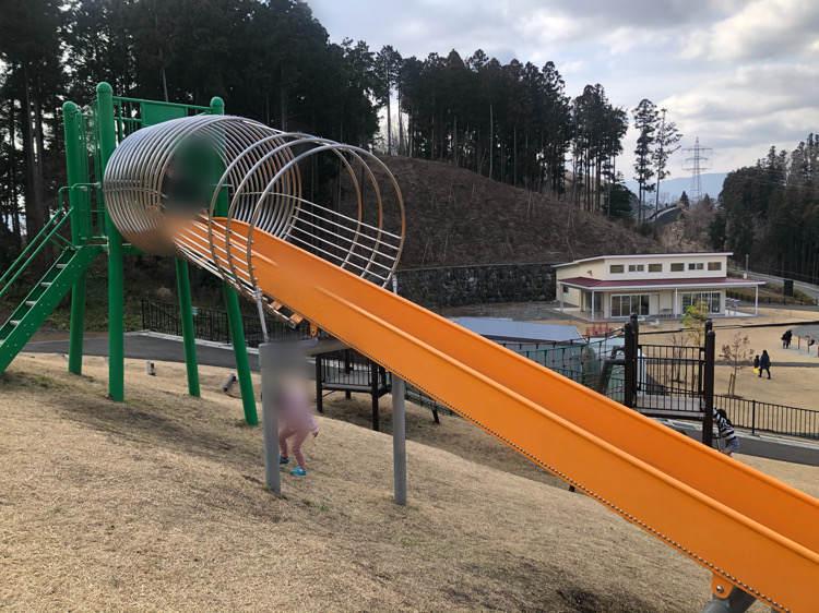 山北つぶらの公園にある長いローラー滑り台