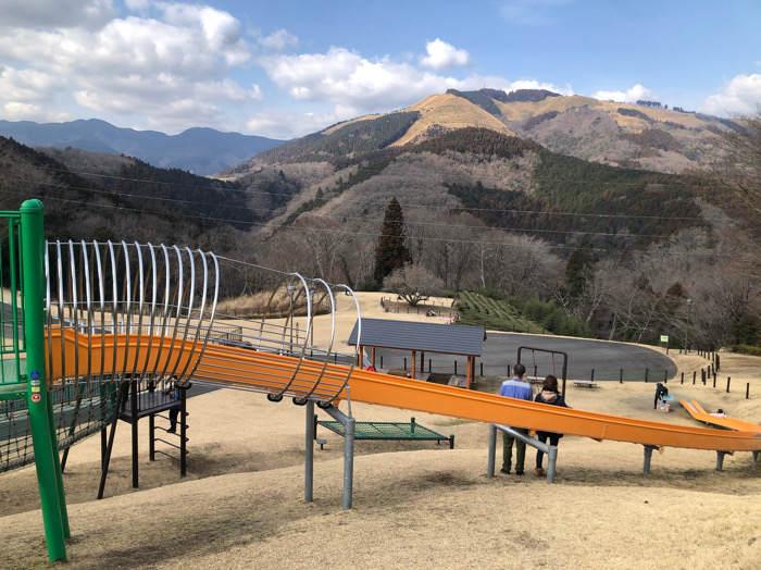 山北つぶらの公園にある子どもの遊具の長い滑り台