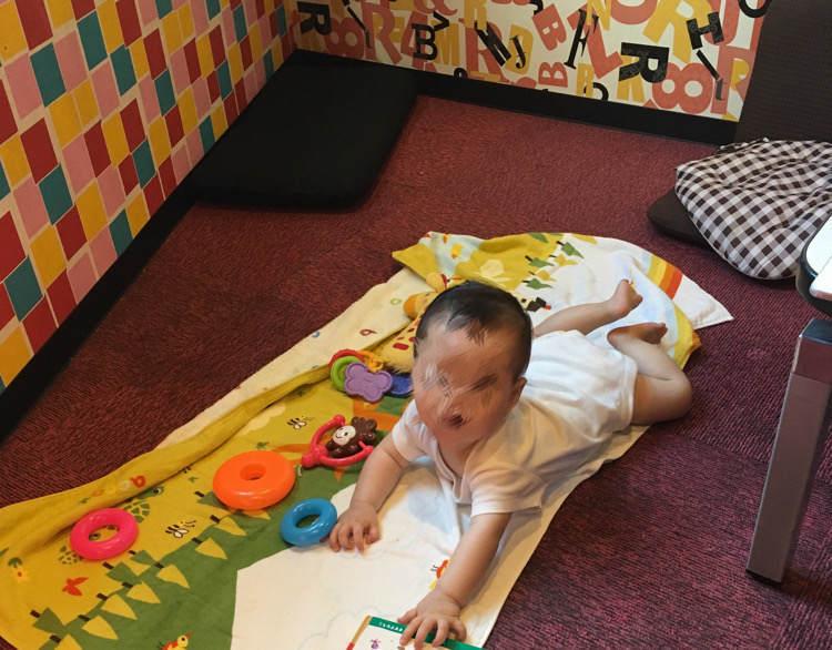 カラオケのキッズルームで遊ぶ赤ちゃん