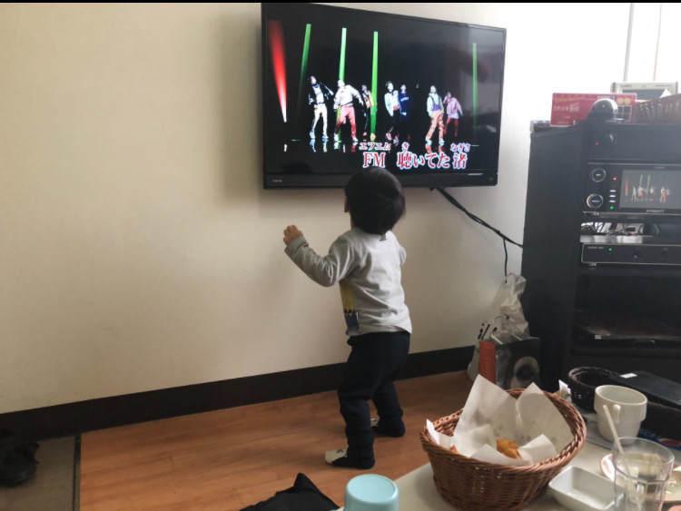 カラオケで踊る子ども