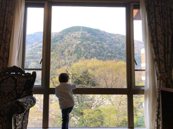 箱根のホテルマイユクール祥月の客室から外の景色を眺める子ども