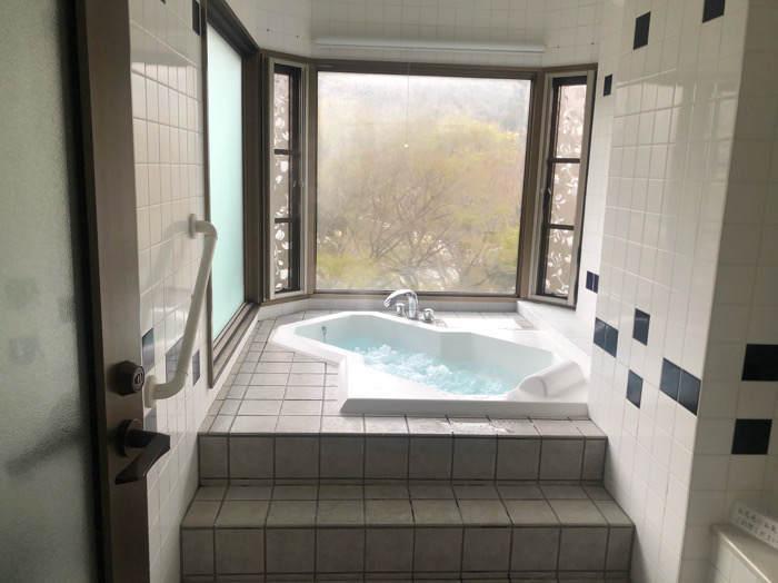 箱根にあるホテルマイユクール祥月の客室にある展望風呂