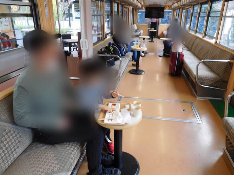 小田原鈴廣かまぼこの里にあるえれんなごっそcafe107の箱根登山鉄道のなか