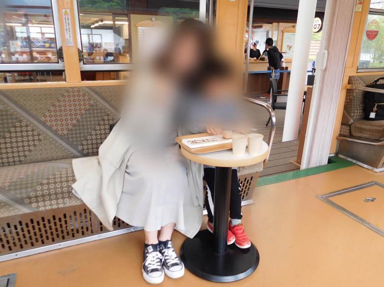 小田原鈴廣かまぼこの里にあるえれんなごっそcafe107の電車内で箱根登山ケーキを食べる親子