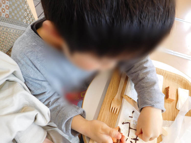 小田原鈴廣かまぼこの里にあるえれんなごっそcafe107の箱根登山鉄道のなかでケーキを食べる子ども