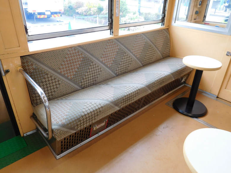 小田原鈴廣かまぼこの里にあるえれんなごっそcafe107の箱根登山鉄道の箱根寄木細工をモチーフとした電車のシート