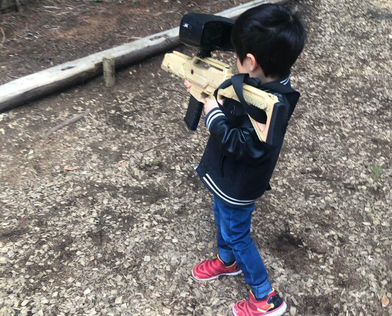 三島スカイウォークにある恐竜アドベンチャーでおもちゃの銃を持つ子供