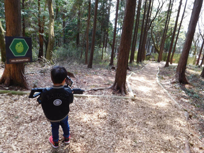 三島スカイウォークにある恐竜アドベンチャーのARシューティングを楽しむ子ども