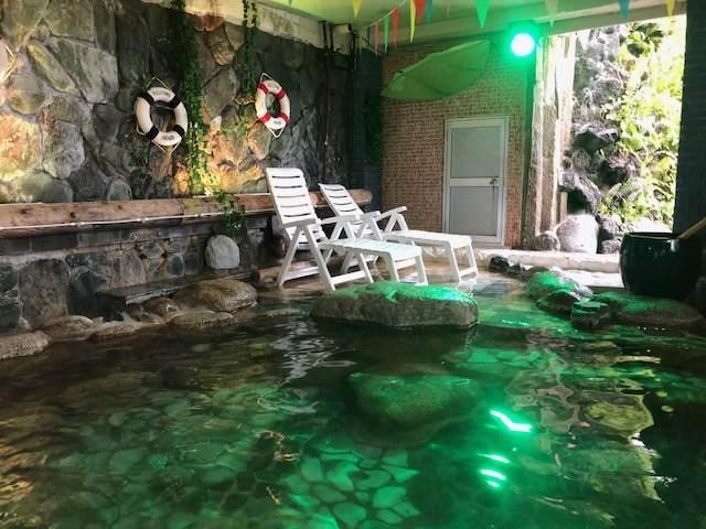 伊豆熱川カターラのジャングルスパにある洞窟のプール