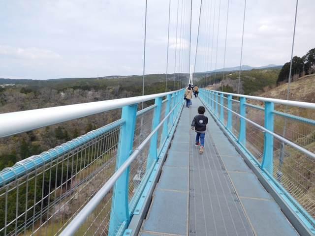 三島スカイウォークの吊り橋を渡す子ども