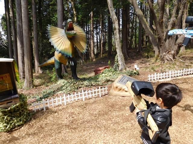 三島スカイウォークの恐竜アドベンチャーを楽しむ子ども