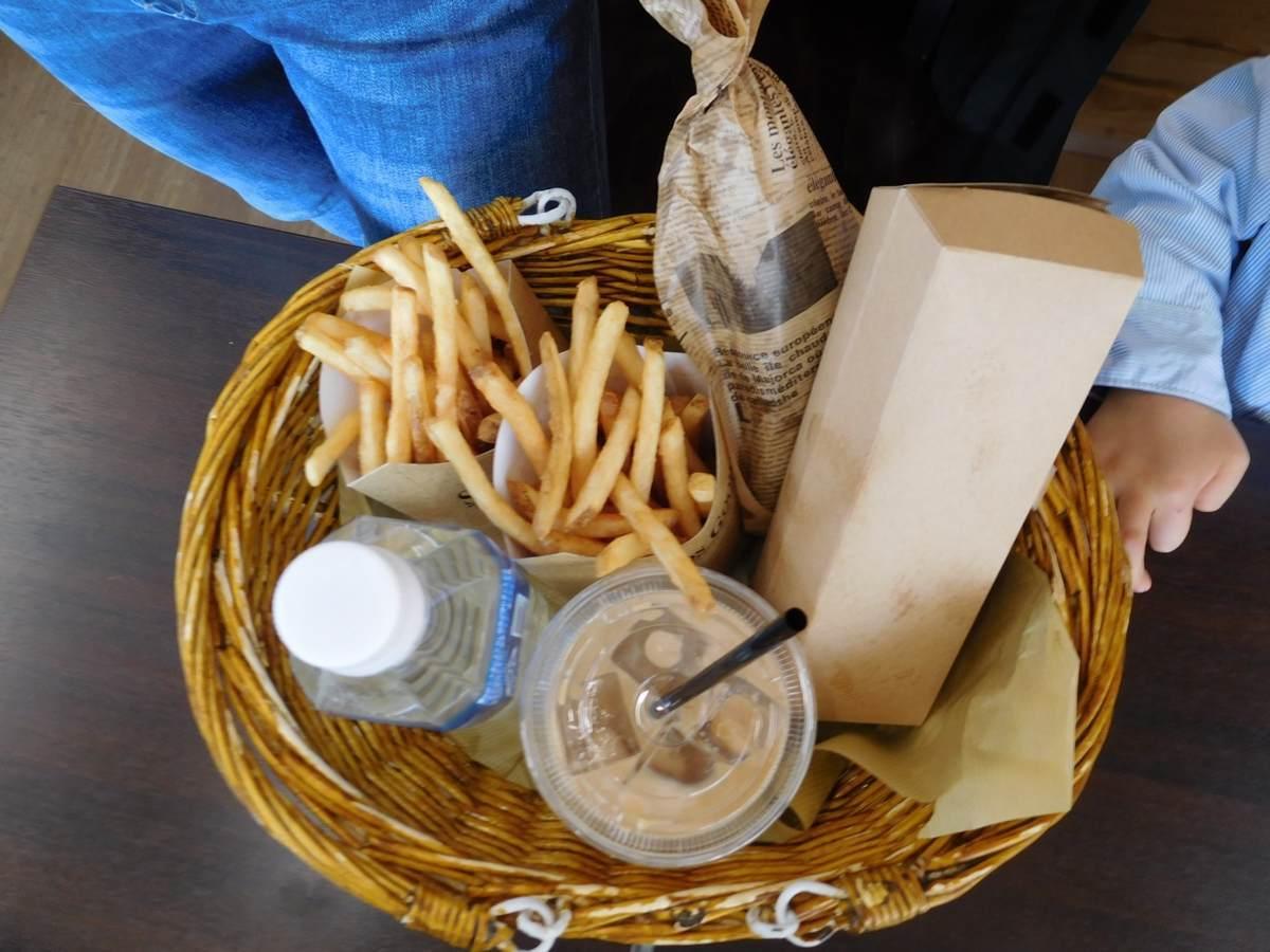 三島スカイウォークにあるピクニックカフェのポテトとホットドッグ