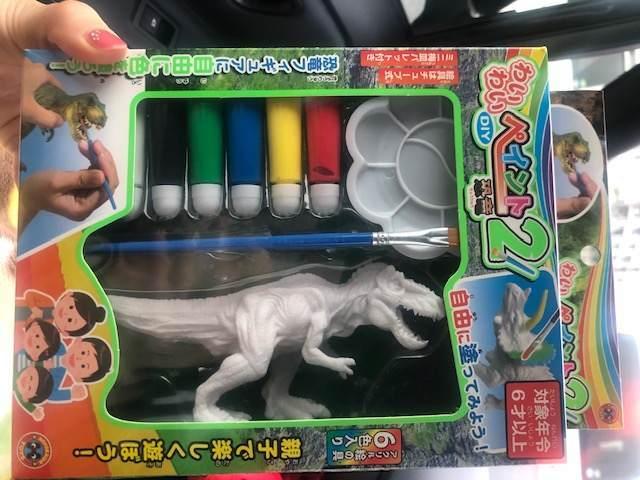 三島スカイウォークのお土産やさんで買った恐竜のフィギュアの塗り絵