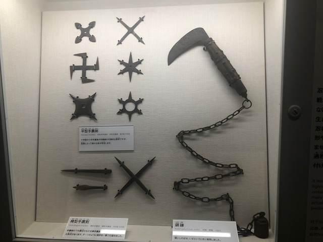 小田原にある忍者館の手裏剣や鎖鎌の展示