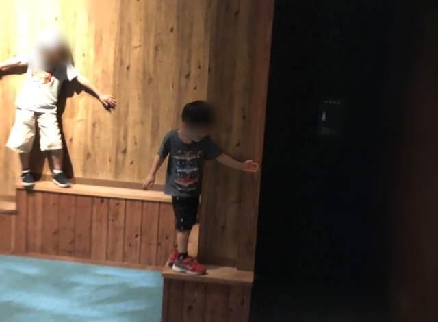 小田原にある忍者館で忍術を体験する子ども