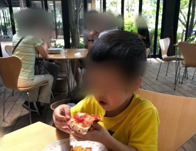箱根にあるラ・テラッツァ芦ノ湖でピザを食べる子ども